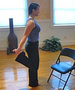 4-Office-yoga-Standing-thigh-stretch-use